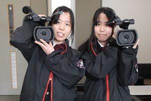 大型カメラとスタッフウェア